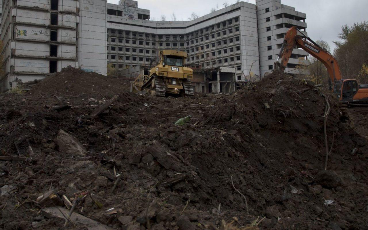 Снос недостроенной Ховринской больницы в Москве начался