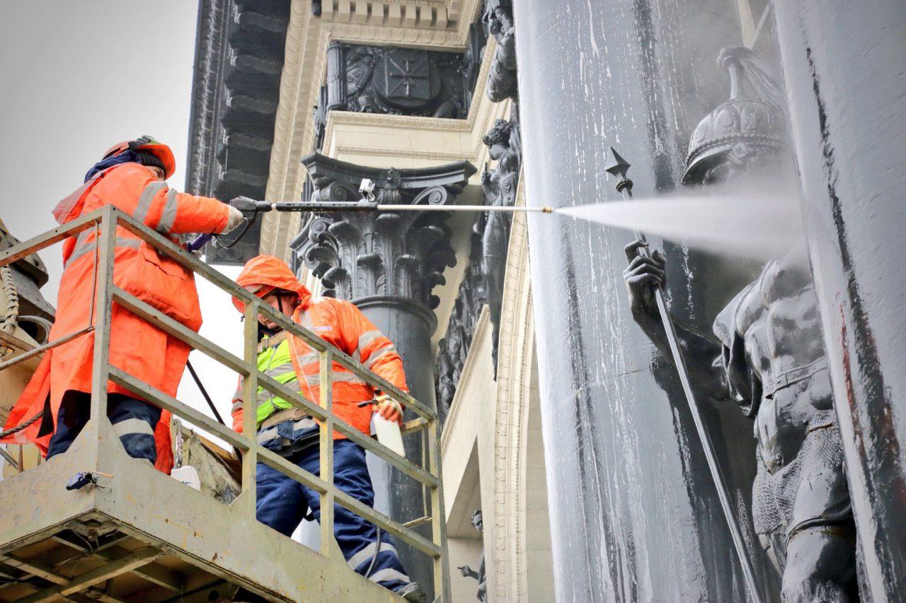 В Москве помыли Триумфальную арку