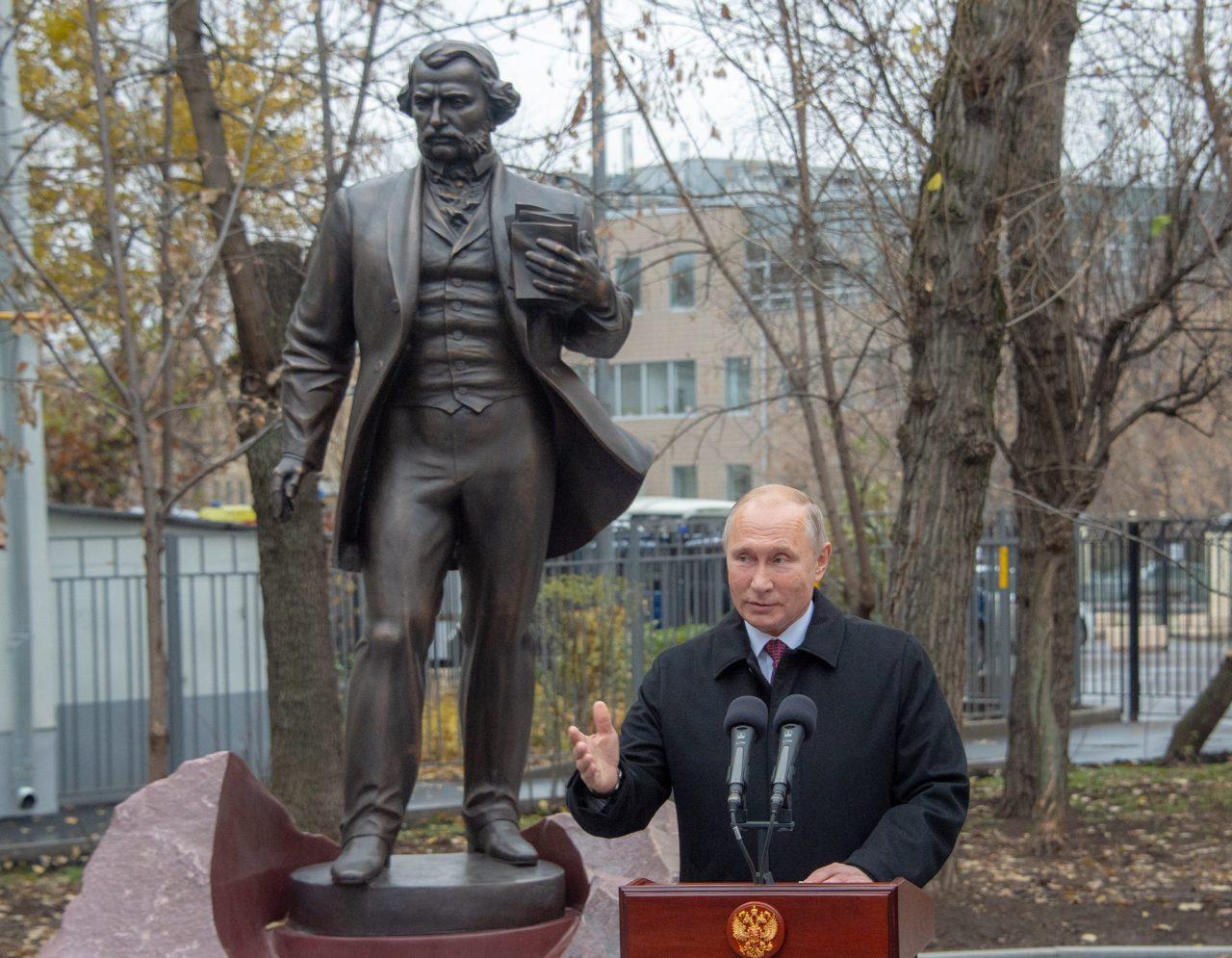 Памятник писателю Ивану Тургеневу открыли на Остоженке