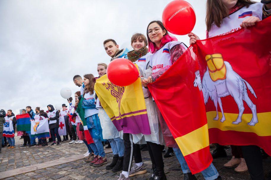 Флешмоб в честь Дня народного единства прошел возле Музея Победы
