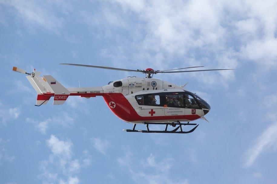 Санитарный вертолет эвакуировал одного ребенка с места ДТП на Киевском шоссе