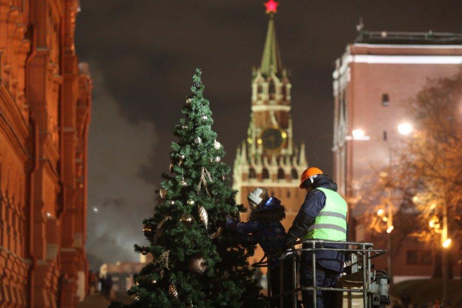 На Красной площади нарядили новогоднюю елку