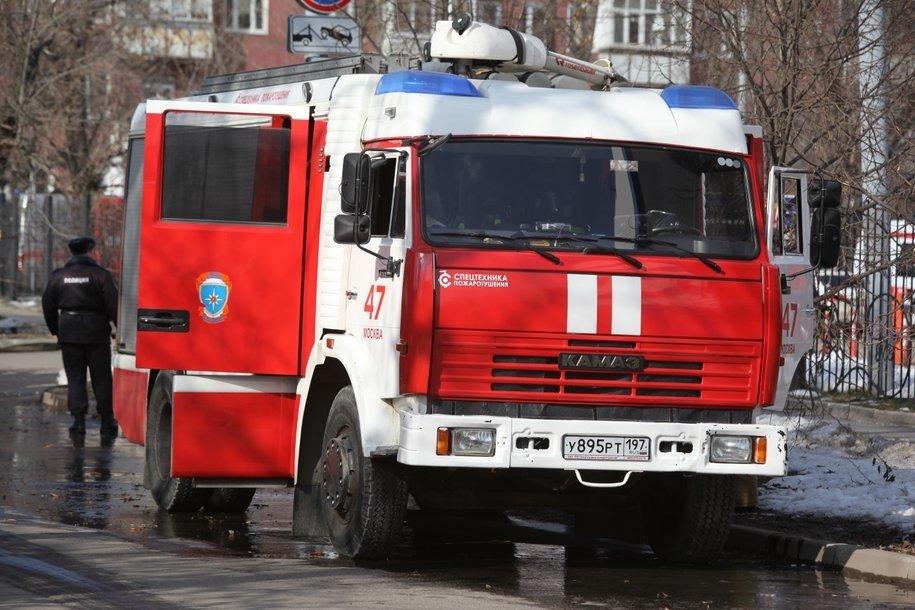 Сотрудники МЧС эвакуировали 10 человек при пожаре в жилом доме на юго-востоке Москвы