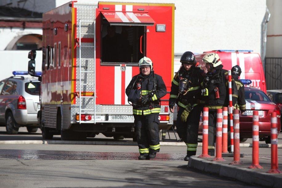 Столичные пожарные ликвидировали возгорание в ангаре на улице Адмирала Корнилова