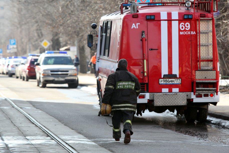 МЧС Москвы спасли троих человек из горящей квартиры на Подольской улице