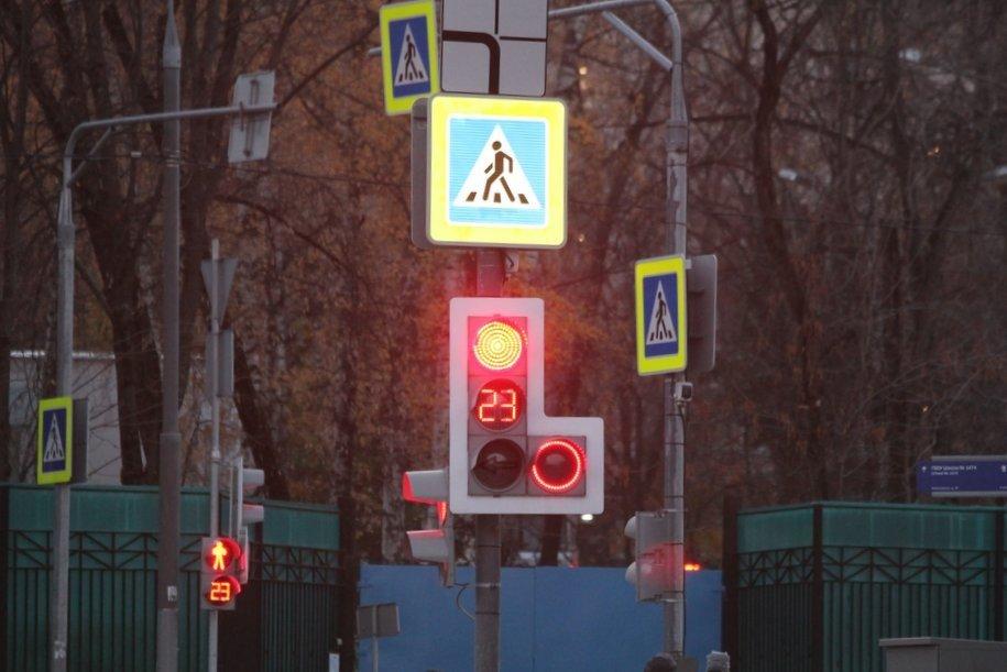 С начала года была перенастроена работа светофоров на 212 пешеходных переходах