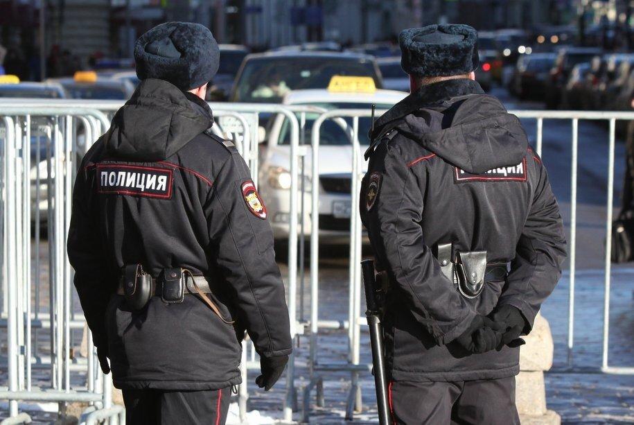 Полиция Москвы ведет переговоры со школьником с ножом