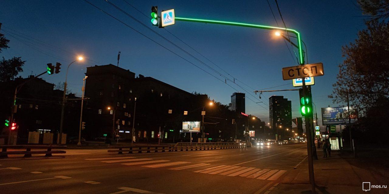Светофоры со светящимися опорами появились еще на 11 переходах