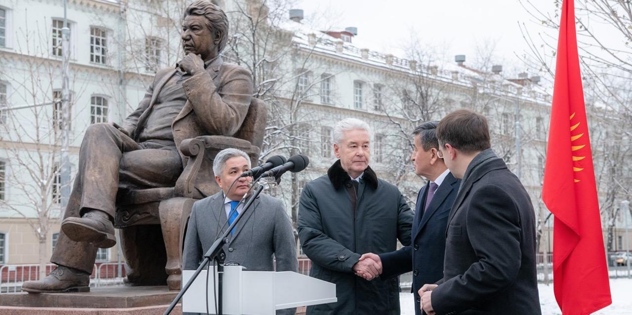 Сергей Собянин открыл памятник Чингизу Айтматову