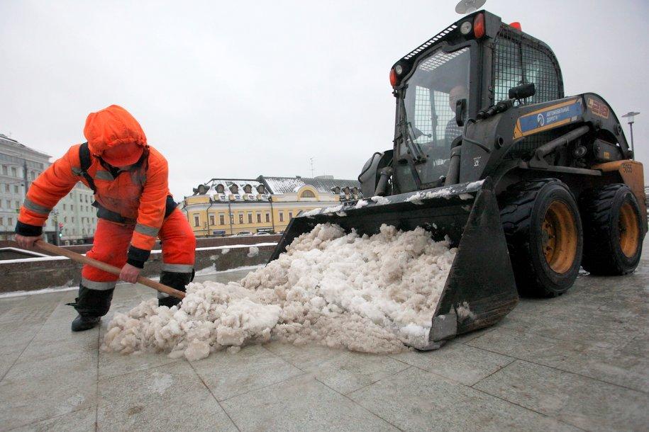Более восьми тысяч единиц техники устраняют последствия снегопада в Москве