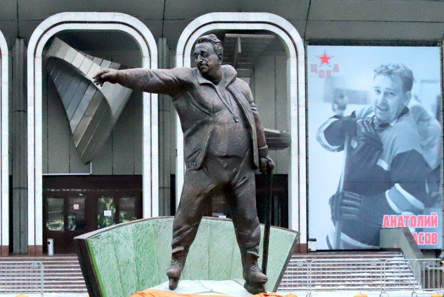 В Москве открыли памятник хоккейному тренеру Анатолию Тарасову