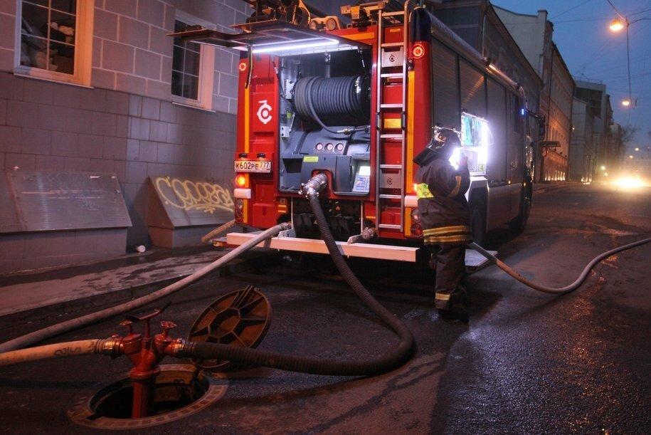 Один человек спасен при тушении пожара на севере столицы