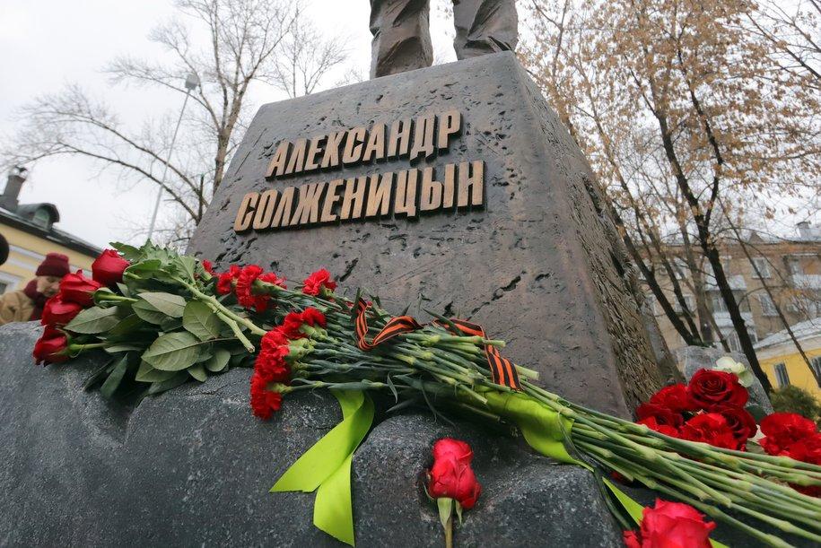 Владимир Путин и Сергей Собянин открыли памятник Александру Солженицыну
