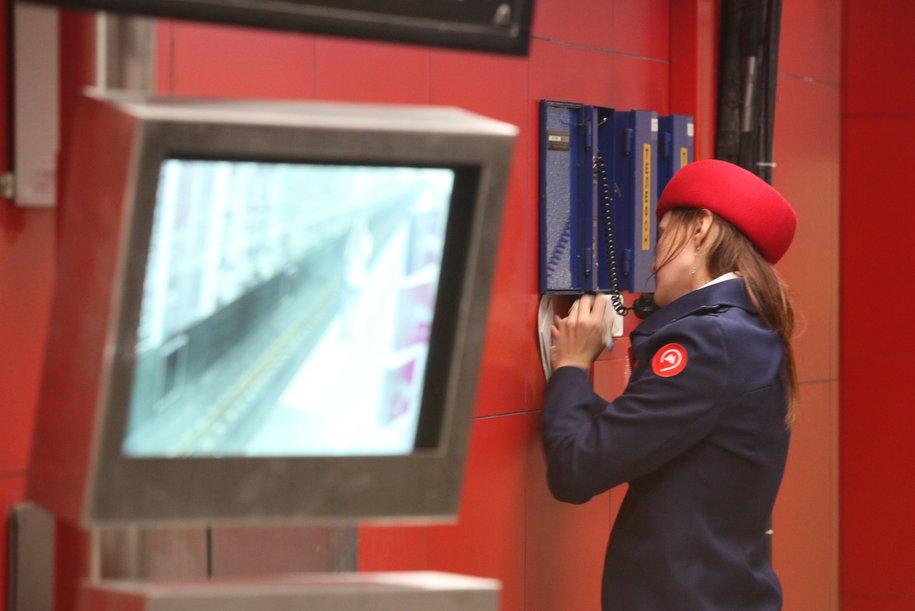 На станции «Минская» пожилой пассажир метро попал под поезд
