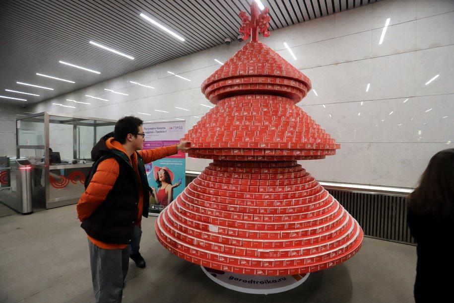 На «Тургеневской» появилась трёхметровая ёлка из билетов «Единый»