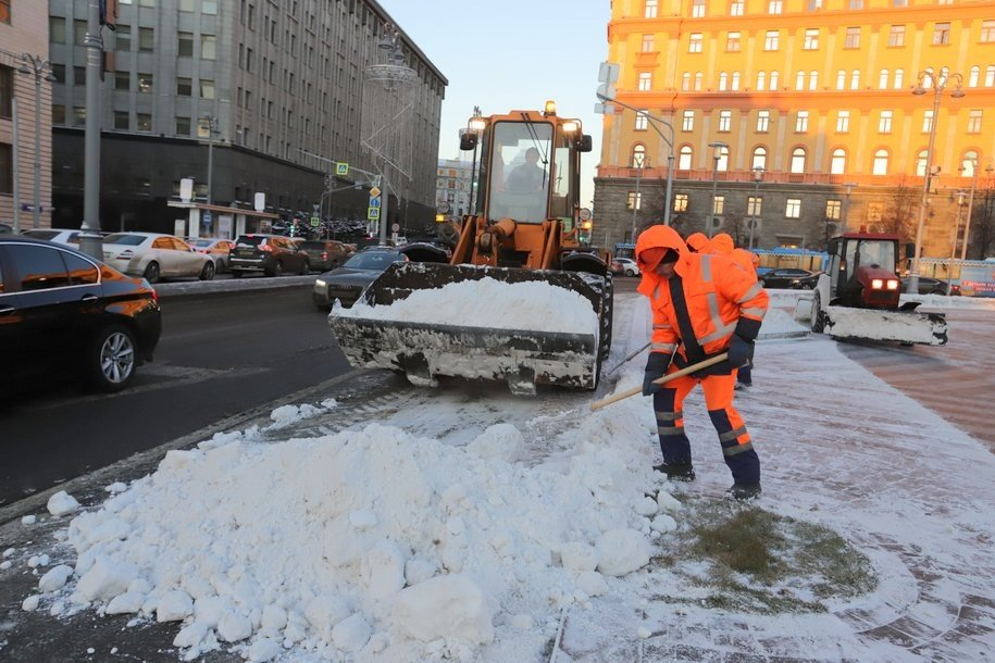 Спецтехника выведена на улицы Москвы для уборки снега