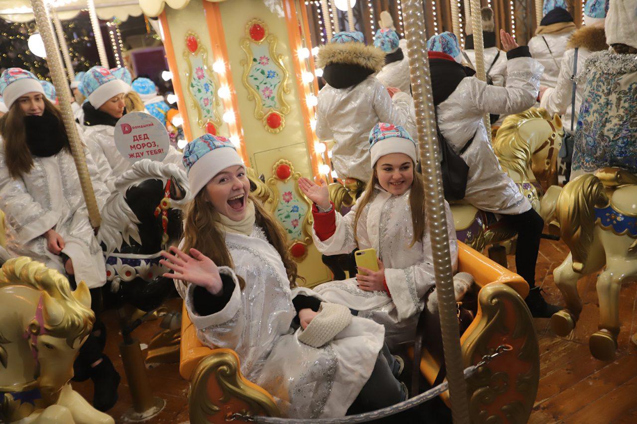 В рамках фестиваля «Путешествие в Рождество» в Москве прошел парад снегурочек