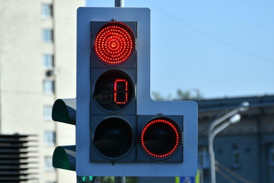 Режим работы светофоров перенастроен на 242 пешеходных переходах