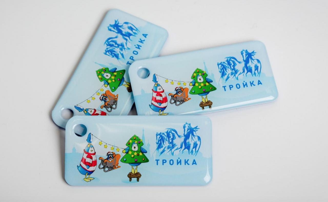 В метро появились новогодние брелоки с чипом «Тройки»