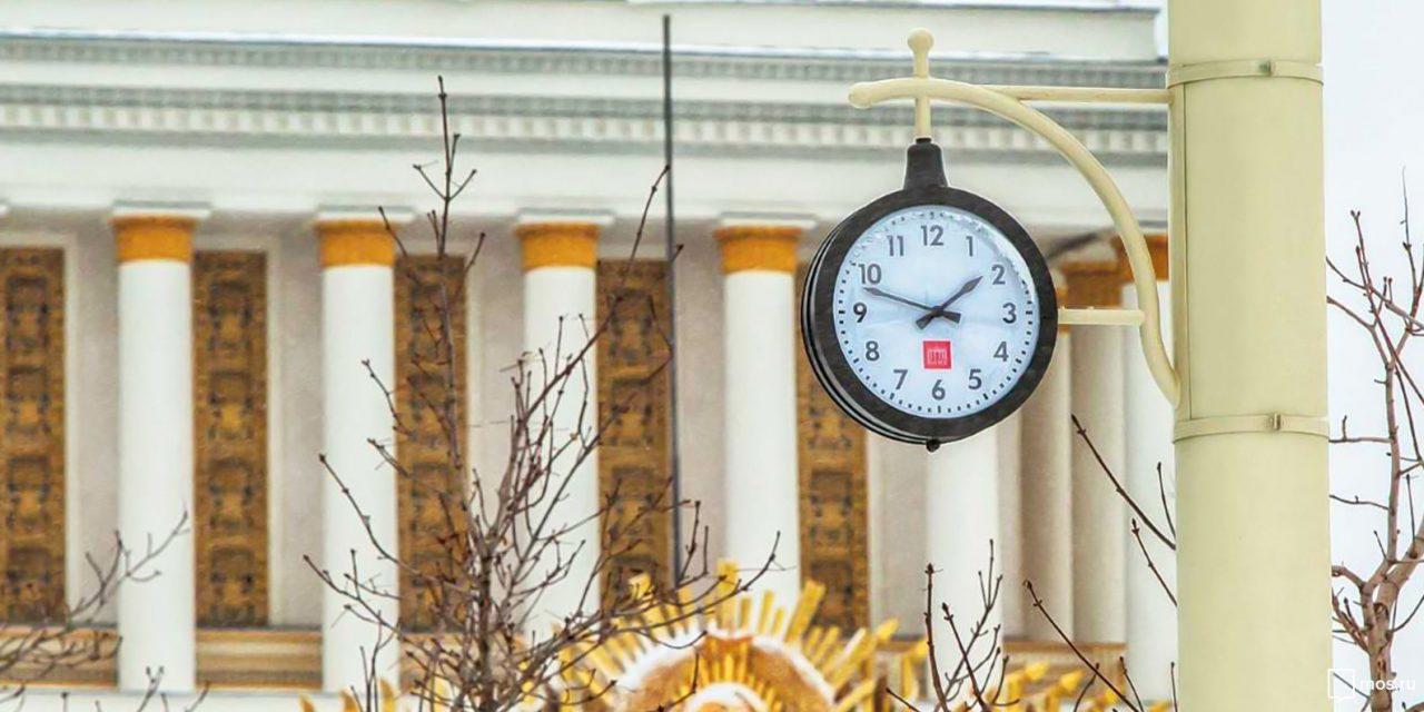 На территории ВДНХ установили уличные часы образца 1950-1960 годов