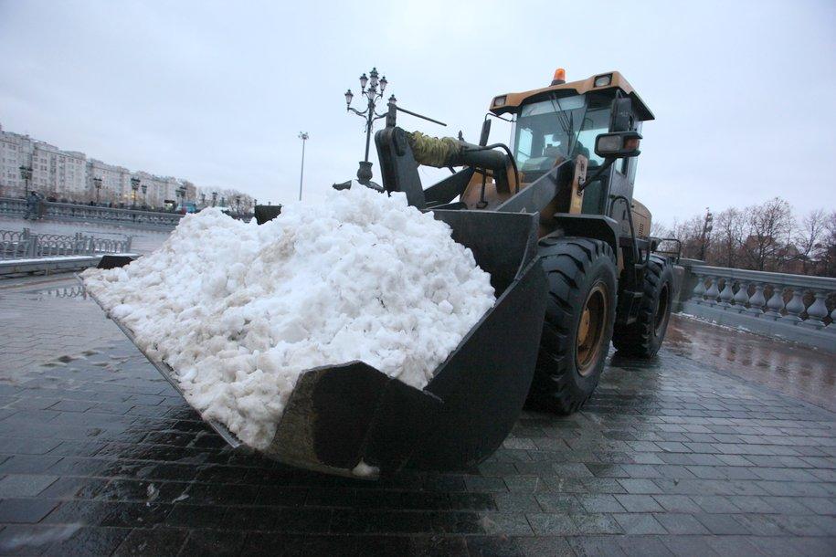 Около 7 тыс. единиц техники убирают снег в Москве — Бирюков