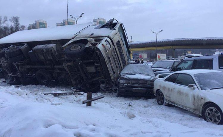 В районе Загорьевского шоссе на МКАД грузовик протаранил 12 легковых автомобилей