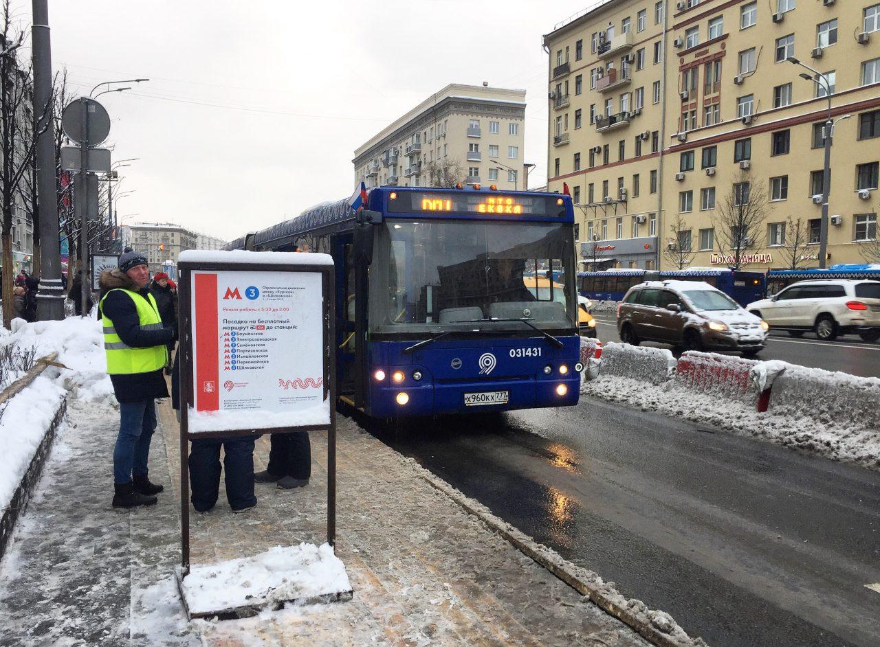 """Почти 400 тысяч человек перевезли автобусы «КМ» на закрытом участке """"синей"""" ветки метро"""