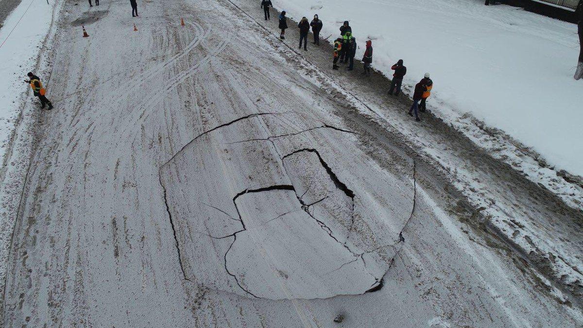 На Ферганской улице произошло проседание грунта на проезжей части