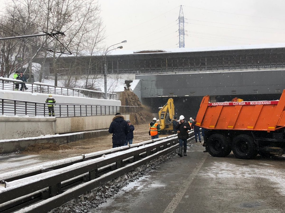 Работы по откачке воды в районе Тушинского тоннеля займут около шести часов — Бирюков