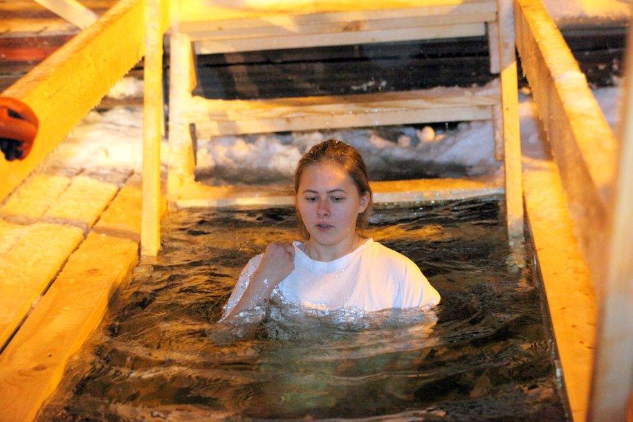 Перед купанием в проруби на Крещение рекомендуется охлаждаться постепенно