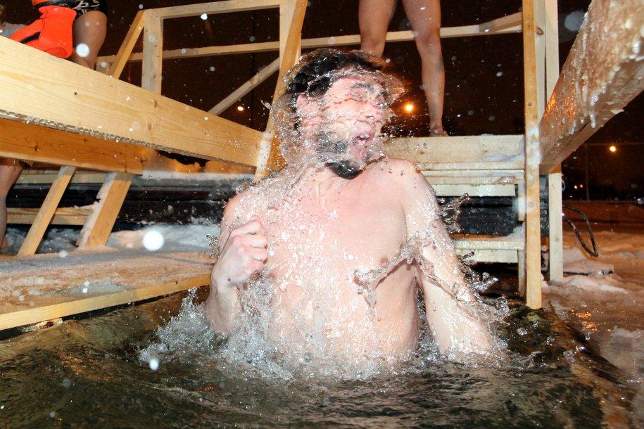 Крещенские купания: москвичи окунаются в прорубь