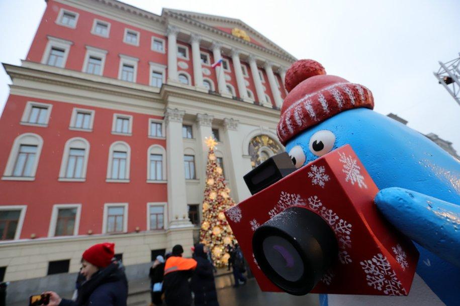 В Москве демонтируют новогодние украшения