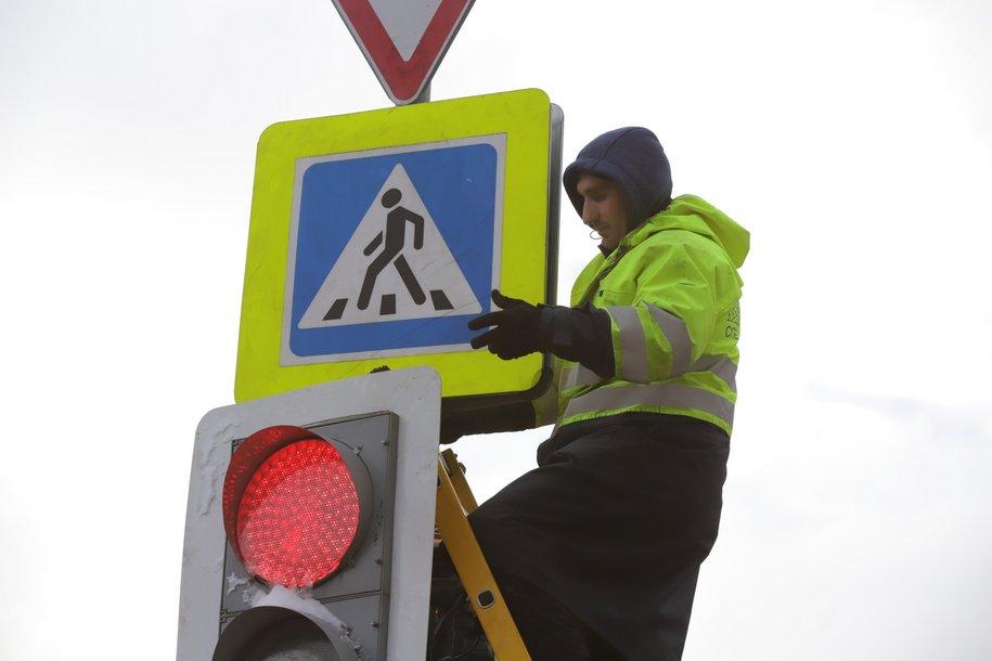 На 37 столичных улицах уменьшили размер дорожных знаков