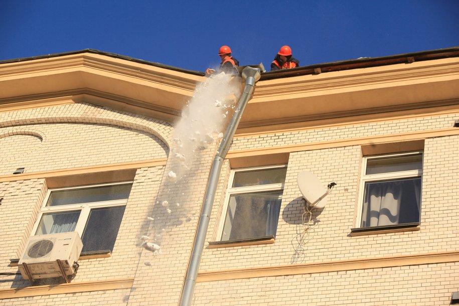 Более 10 тысяч кровельщиков очищают городские крыши от снега