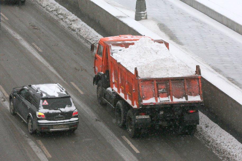 ЦОДД призвал водителей соблюдать дистанцию на дороге из-за плохой видимости и гололеда