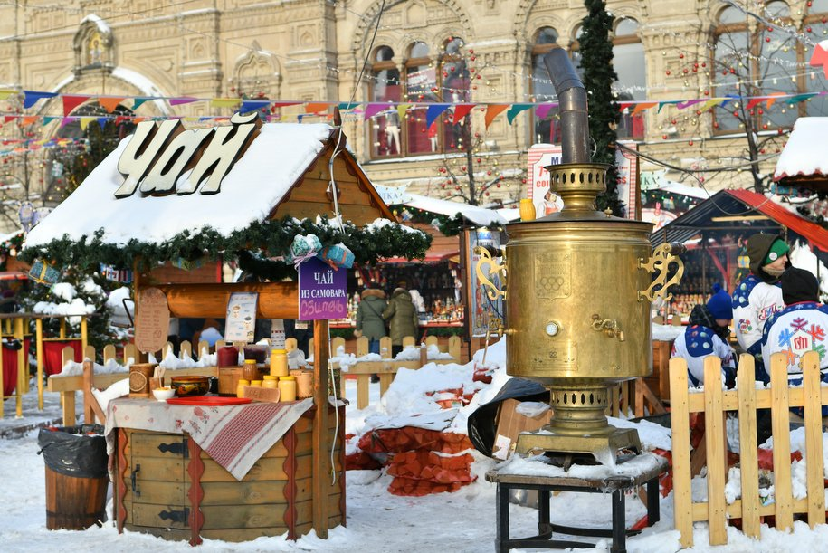 Москвичи съели почти 100 тысяч пирожков, хот-догов и сосисок в тесте на пешеходной Тверской