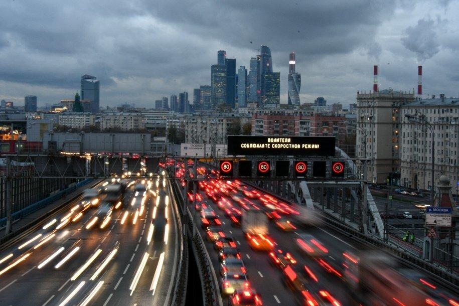 ЦОДД призвал водителей соблюдать дистанцию на дороге в связи с ожидаемыми вечером заморозками
