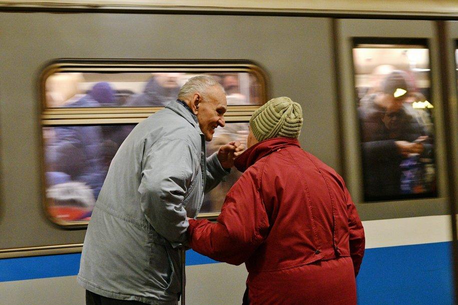 Столичная пенсионерка выжила после падения на рельсы на станции метро «Перово»
