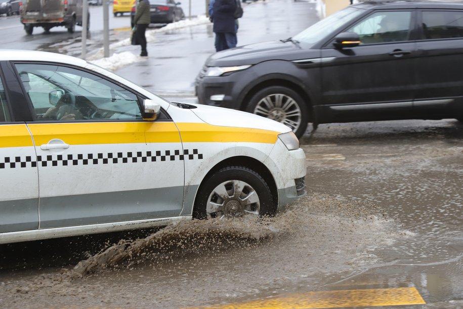 Столичным автомобилистам рекомендовали быть внимательными из-за скольких дорог