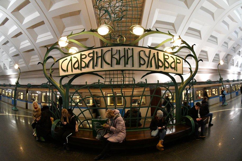 На станции метро «Славянский бульвар» мужчина упал на рельсы и сломал ребро
