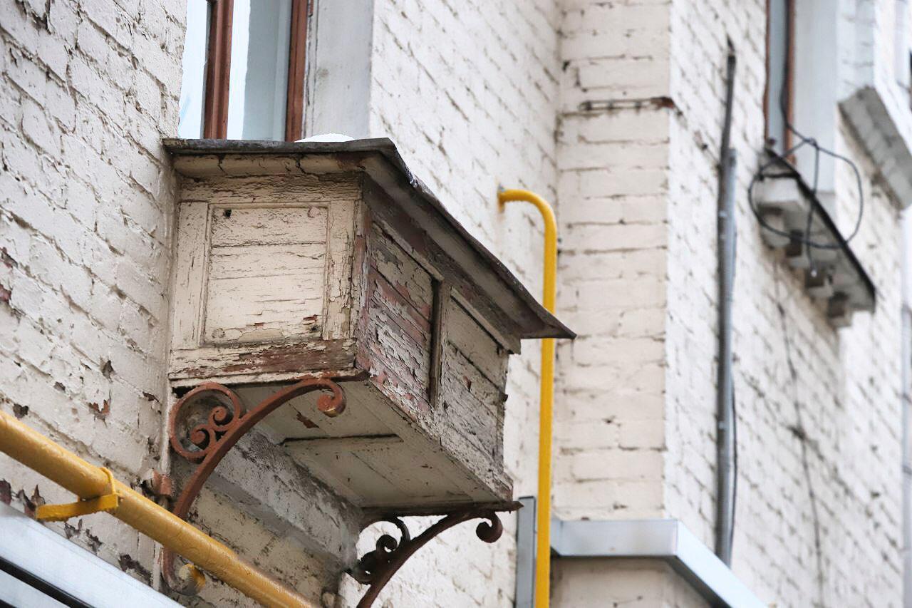 Москва в деталях: холодильник за окном