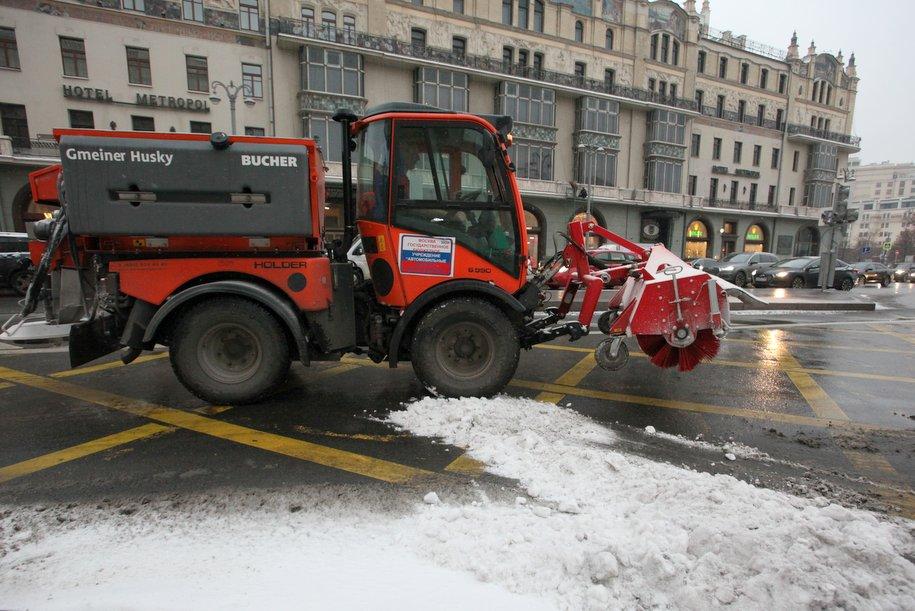 Водителям на дорогах Москвы в непогоду помогают 16 экипажей дорожного патруля