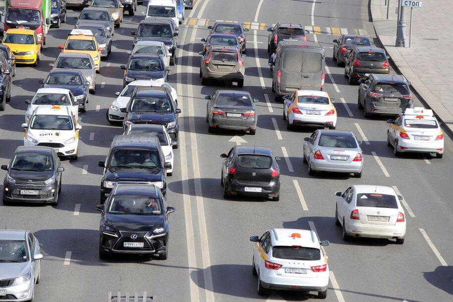 ЦОДД рекомендовал водителям не парковаться рядом с заборами и рекламными щитами из-за сильного ветра