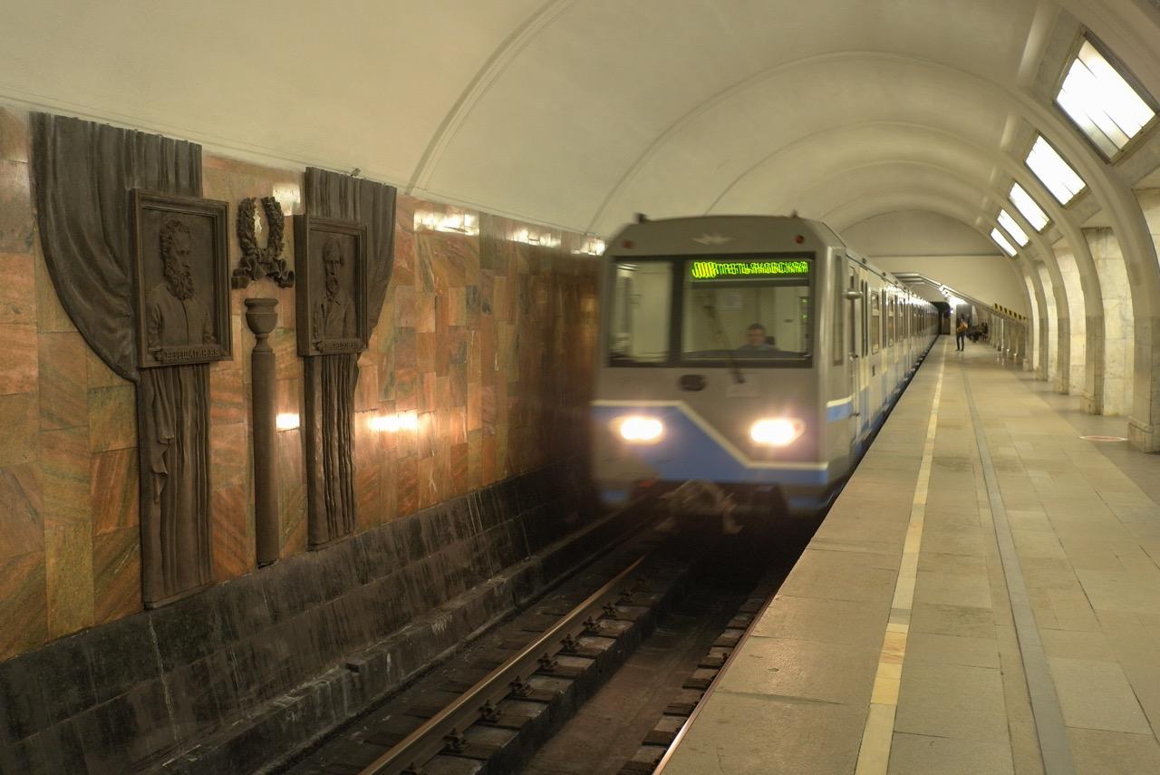 На Калининской линии метро произошел сбой в движении поездов