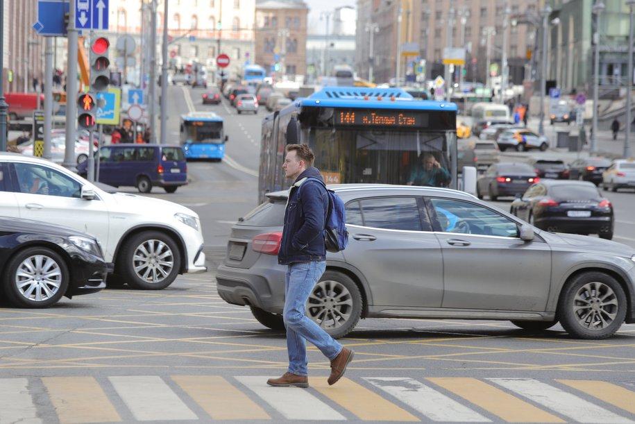 ЦОДД призвал столичных водителей не торопиться менять резину на автомобилях из-за утреннего гололеда