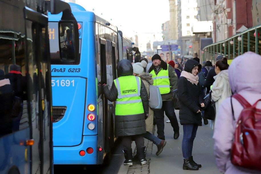 Почти 20 маршрутов будут перевозить пассажиров бесплатно во время закрытия участка фиолетовой ветки