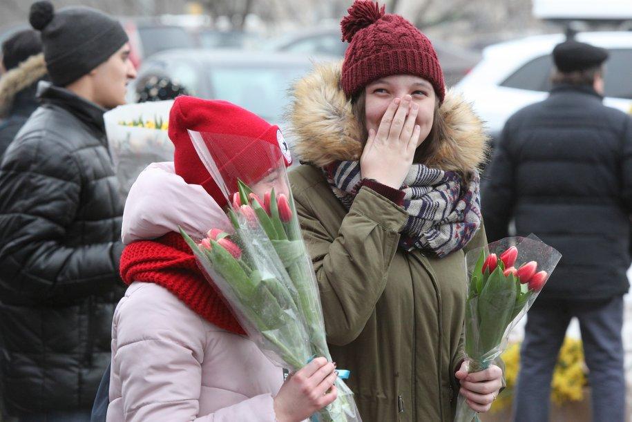 Открытки с символикой метро подарят женщинам в столичной подземке 8 марта