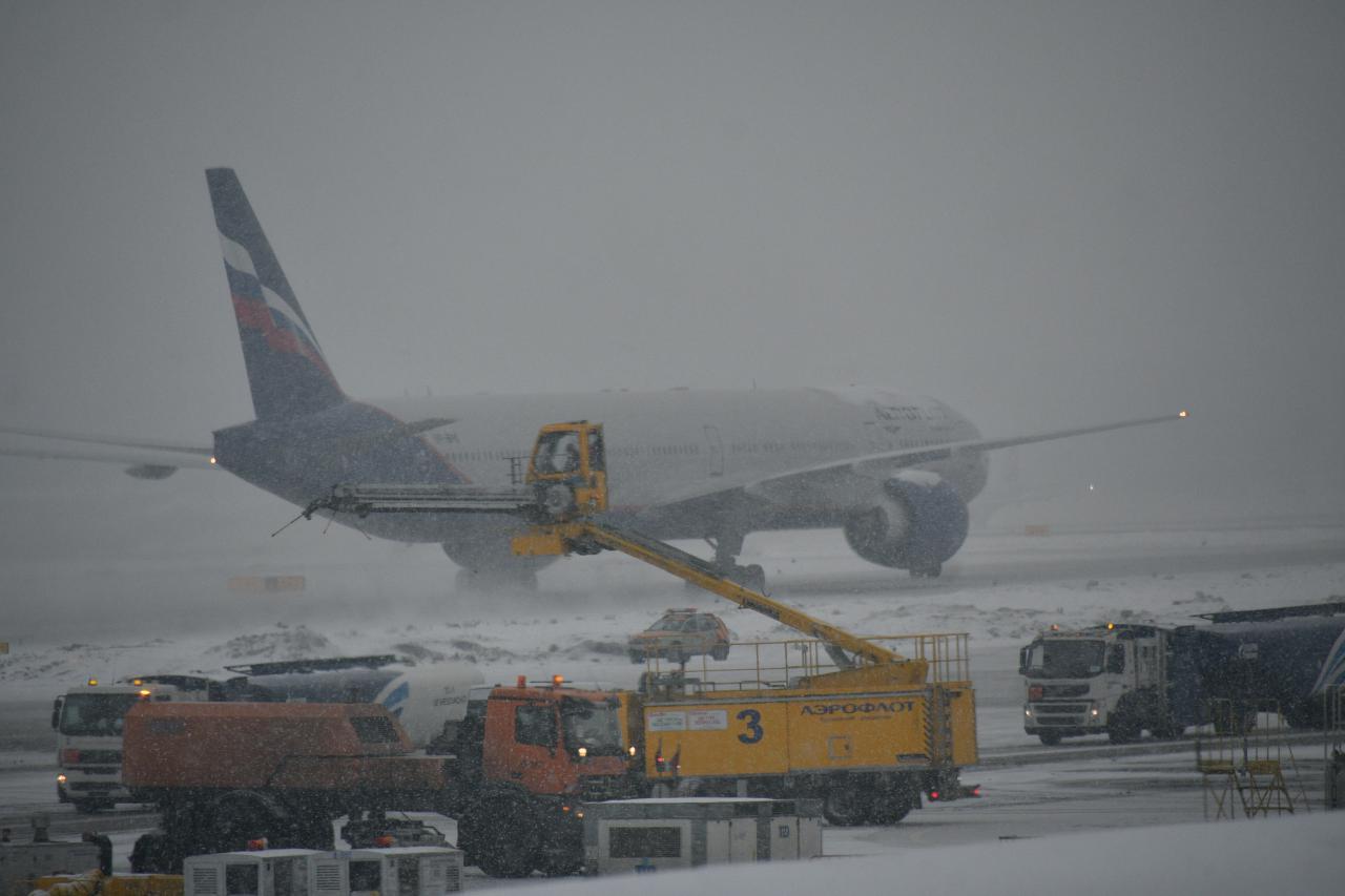 В столичных аэропортах из-за непогоды задержано и отменено более 30 рейсов
