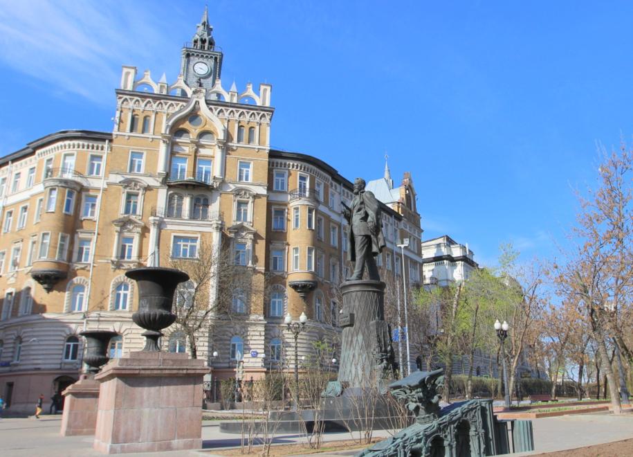 Памятник Шухову на Сретенском бульваре планируют помыть