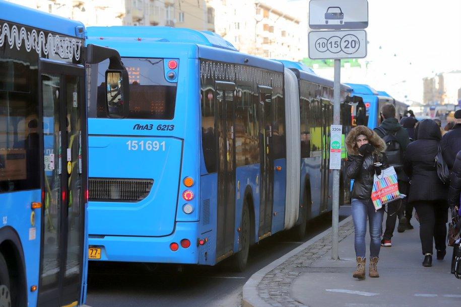 В районе закрытых станций ТКЛ метро компенсационные автобусы перевезли сегодня утром почти 90 тыс. пассажиров